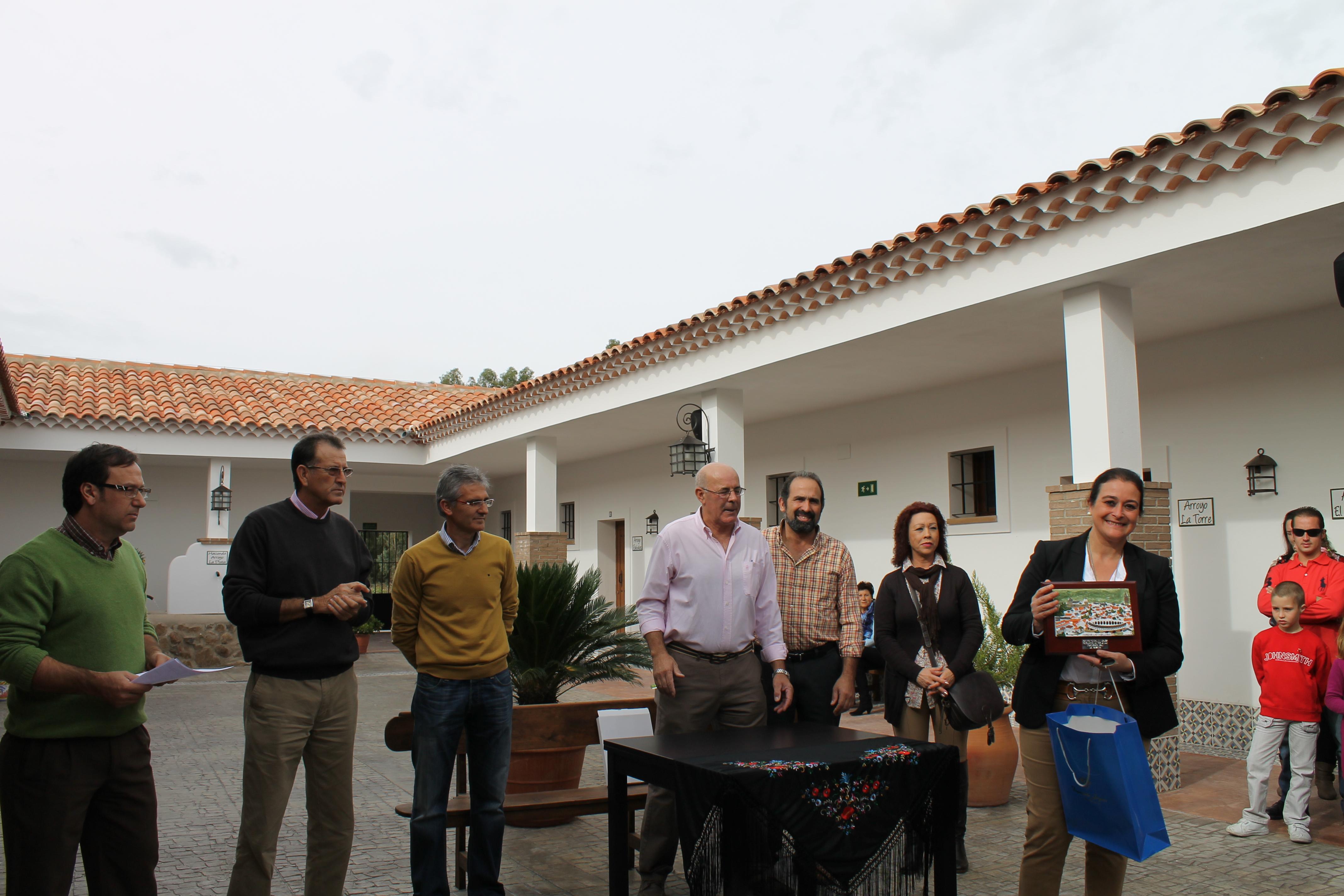"""La Asociación """"El Labrador"""" de la Bazana reconoce la labor de la Asociación taurina """"Conde la Corte"""""""